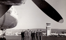 AVIATION CIVILE : TAROM - AVION IL-18 And CREW - AÉROPORT / AIRPORT : ADDIS ABABA / ETHIOPIA - REAL PHOTO ~ 1960 (ad557) - 1946-....: Moderne