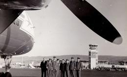 AVIATION CIVILE : TAROM - AVION IL-18 And CREW - AÉROPORT / AIRPORT : ADDIS ABABA / ETHIOPIA - REAL PHOTO ~ 1960 (ad557) - 1946-....: Modern Era