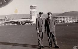 AVIATION CIVILE : TAROM - AVION IL-18 & PILOTE - AÉROPORT / AIRPORT : ADDIS ABABA / ETHIOPIA - REAL PHOTO ~ 1960 (ad558 - 1946-....: Modern Era