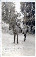 FOTOGRAFIA DE UNA MUJER EN UN CABALLO. WOMAN IN A HORSE. WOMAN. HORSE. CARTA POSTAL. CIRCA 1920. - NTVG. - Fotografía