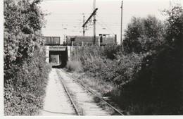 Photo Train Wagon Ligne Des CFD Et Ligne Paris Marseille Locotracteur Pont Vers Gare De Montereau Des Années 60 - Eisenbahnen