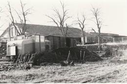 Photo Train Wagon Ligne Des CFD Travaux En Gare De Montereau Locotracteur Et Wagons Des Années 60 - Trains