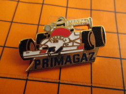 2619 PINS PIN'S / Beau Et Rare : Thème SPORTS / AUTOMOBILE F1 PRIMAGAZ On Met La Bouteille Où ? - Automobile - F1