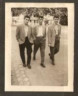 PHOTO ANNÉES 1950 1960 - TROIS JEUNES GARCONS YÉYÉ YÉ YÉ COIFFURE BANANE - MODE - Anonymous Persons