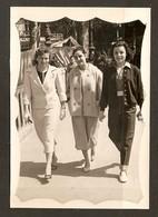PHOTO AVRIL 1957 - TROIS JEUNES FEMMES - MODE TAILLEUR PANTALON - Anonymous Persons