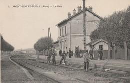 CPA:MONT NOTRE DAME (02) OUVRIERS CHEMINOTS SUR RAIL LA GARE... ÉCRITE - France