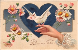 CPA Fantaisie Gaufrée -  Fleurs - Main - Colombes - Coeur - Bonne Fête - Fêtes - Voeux
