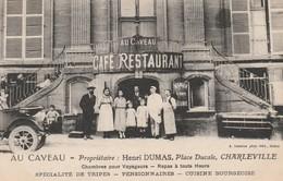 """CPA:EMPLOYÉS FAMILLE DEVANT LE CAFÉ RESTAURANT """"AU CAVEAU"""" HENRI DUMAS PLACE DUCALE CHARLEVILLE (08) - Charleville"""