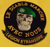 LEGION: TISSU DE LA LEGION ETRANGERE ,LE DIABLE MARCHE AVEC NOUS  , DIAMETRE 9 CM , BON ETAT VOIR PHOTO . . POUR TOUT RE - Ecussons Tissu