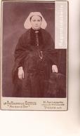 PHOTO CDV - Beau Portrait De Jeune Femme BRETONNE En COSTUME Et COIFFE TRADITIONNELLE Début De Siècle Belle Qual Photo - Persone Anonimi