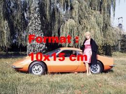Reproduction D'une Photographie Ancienne D'une Femme Posant à Côté D'une Ferrari Dino 206 GT - Repro's