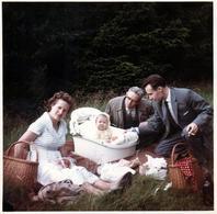Photo Couleur Carrée Originale B.B. Famille En Pique Nique Avec Bébé Vers 1960 - Anonymous Persons