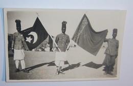 FM 293 FOTO BANDIERE CATTURATE AI RIBELLI DA UN REPARTO DI ARTIGLIERIA ASCARA (16a BATTERIA) - Guerra, Militari