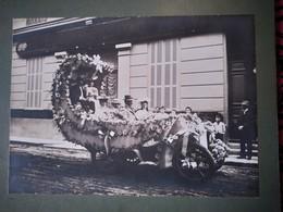 Grande Photo Ancienne Cartonnée - Automobile Transformée En Char De Mariage - Lieu à Identifier Peut-être Côte D'Azur - - Photographs