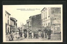 CPA Lasbordes, La Mairie Et L`École, Avenue De Carcassonne, Bürger Vor Dem Hôtel De Ville - Carcassonne