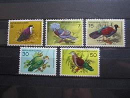VEND BEAUX TIMBRES DE PAPOUASIE N° 323 - 327 , XX !!! - Papua New Guinea