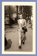 PHOTO 9 X 14 Cm NEUILLY Sur SEINE 1953 - FEMME ÉLÉGANTE MARCHANT Sur Un TROTTOIR - MODE TAILLEUR SAC  MAIN GANTS - Anonymous Persons