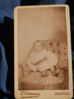 Photo CDV  Daireaux à Trouville  Jeune Enfant En Robe Assis Dans Un Fauteuil  CA 1890 - L481D - Photographs