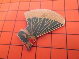 2419 Pin's Pins / Beau Et Rare / Thème SPORTS / PARACHUTISME GROUPE ST LOUIS SUCRE ?? - Paracaidismo