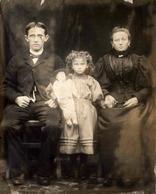 Photo Originale Fillette à La Poupée à La Tête En Porcelaine Posant Devant Un Drap Avec Ses Parents Vers 1890 - Personnes Anonymes