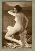 CPA Photo Nu Féminin Girl Nude Risque Nue Femme Assise DE 3/4 Collier Sautoir Dans Le Dos Pose érotique Erotisme N183 PC - Nus Adultes (< 1960)