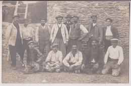 CARTE PHOTO ECRITE DE LAVAL (53) EN 1912 : VILLAGEOIS ET PAYSANS LE LONG D'UN MUR EN PIERRE -z 2 SCANS Z- - Laval