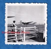 Photo Ancienne Snapshot - Aéroport à Situer - PARIS ? Orly ? Le Bourget ? - Superbe Cliché - Pilote à Vélo ? - Avion - Aviation