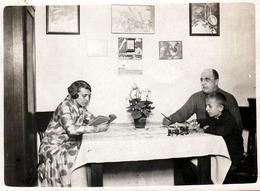 Photo Originale Après-Midi En Famille Vers 1930/40 - Maman à La Lecture, Papa à L'écriture Et L'enfant Jouant à La Ferme - Personnes Anonymes