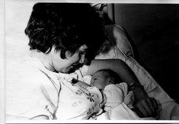 Grande Photo D'une Femme Donnant Le Sein A Sont Bébé - Personnes Anonymes