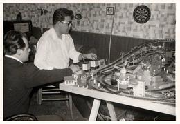 Photo Originale Jeu & Jouet Train Miniature HO Et Grands Enfants Jouant Au Salon Avec Circuit, Fléchettes & T.S.F. 1960' - Objects