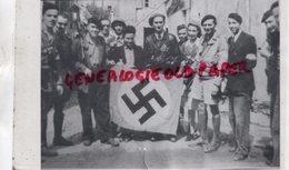 24- BERGERAC - UN TROPHEE DE GUERRE MAQUISARDS PERIGOURDINS- DRAPEAU NAZI- CROIX GAMMEE-MAQUIS FFI RESISTANCE LIBERATION - Reproductions