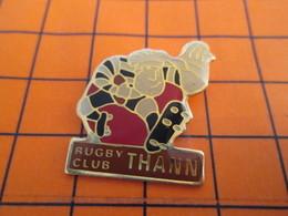 2317 Pin's Pins / Beau Et Rare / Thème SPORTS / RUGBY CLUB DE THANN Un Bon Coup De Ta Thann Dans Une Mêlée Ouverte ... - Rugby