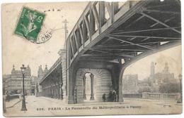 D75 - PARIS - LA PASSERELLE DU METROPOLITAIN A PASSY - Quelques Personnes Sus A Passerelle - Stations, Underground
