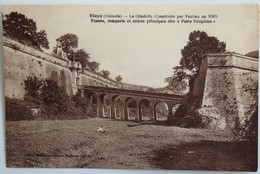 """C. P. A. : 33 BLAYE : La Citadelle, Fossés, Remparts Et Entrée Principale Dite """"Porte Dauphine"""" - Blaye"""