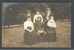 Une Famille Posant Dans Son Jardin Avec Le Petit Georges Décédé Peu De Temps Après La PHOTO Carte - Personnes Anonymes