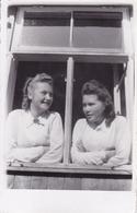 PHOTO ORIGINALE 39 / 45 WW2 WEHRMACHT ALLEMAGNE GERBACH JEUNES FEMMES ALLEMANDES DES B.D.M EN TENUE LES QUARTIERS - Guerra, Militares