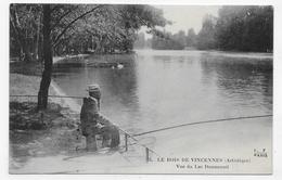 (RECTO / VERSO) BOIS DE VINCENNES ARTISTIQUE - N° 75 - VUE DU LAC DAUMESNIL AVEC PECHEUR A LA LIGNE - CPA NON VOYAGEE - Vincennes
