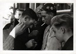 Photo Originale Adolescents Bravant L'interdit De La Cigarette à Enschede Commune Aux Pays-Bas Vers 1940/50 - Anonyme Personen