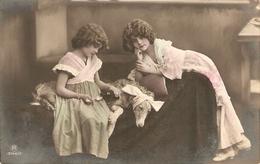 """""""Two Little Girls Curing Her Dog"""" Nice Vintage Spnish Postcard - Otros"""