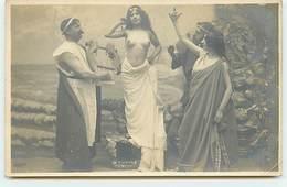 Phryné - Scène D'un Spectacle - Jeune Fille Aux Seins Nus Au Milieu - Fine Nudes (adults < 1960)