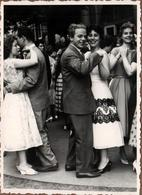 Photo Originale Couples En Fête, Danse & Ambiance Bal Musette Sur Parquet Extérieur Vers 1950 - Anonyme Personen