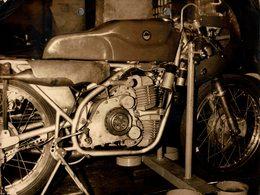 "Derbi 125cc V-Twin Racer +-23cm X 17cm "" Perforada "" Moto MOTOCROSS MOTORCYCLE Douglas J Jackson Archive Of Motorcycles - Andere"