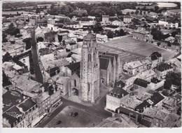 79 BRESSUIRE Au Centre L'église Et Le Marché Aux Bestiaux - Bressuire