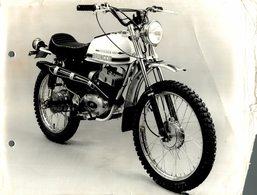 "Apache 100 +-23cm X 17cm "" Perforada "" Moto MOTOCROSS MOTORCYCLE Douglas J Jackson Archive Of Motorcycles - Andere"