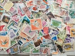 LOT N° E 88 Un Vrac De Plus De 2000 Timbres - Stamps
