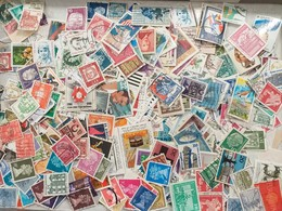 LOT N° E 83  MONDE Un Vrac De Plus De 2000 Timbres - Briefmarken