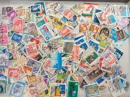 LOT N° E 81  UN LOT DE PLUS DE 2000 TIMBRES DU MONDE - Briefmarken