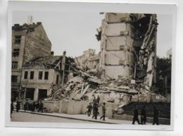 AK 0405  Zerbombtes Haus - Personen ( Militaria )- Photographie - Krieg, Militär