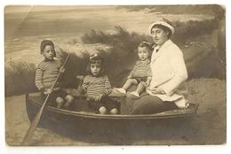 """49 - Photo Famille Dans Une Barque Sur La Place """"Photo Houtart Laureys Digue De Mer Blankenberghe Et Heyst Sur Mer - Blankenberge"""