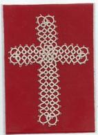 Belle Croix Religieuse Ancienne Brodée ( Crochet Crochetée Main Type Broderie Bretonne ) Posée  Sur Papier Vénilia - Moda & Accesorios